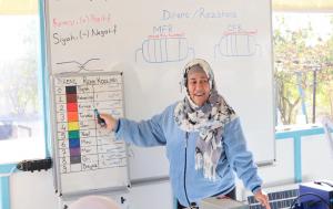 Syrische Frau während einer Solartechnik-Schulung