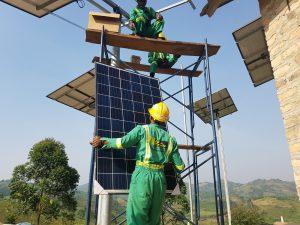 All in Trade, Uganda. Mitarbeiter installieren die Solarpanele.
