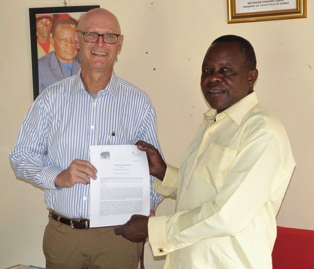Manfred Klepacz nimmt den Auftrag in Sambia von Chief Cooma entgegen