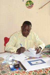 Chief Cooma von Sambia unterzeichnet den Vertrag